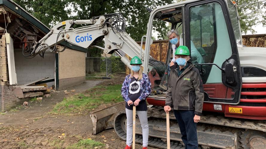 Officiële start bouw nieuwbouw Bakenbergseweg. Met bewoner Vanessa, bestuurder Elver Irma Harmelink en bewoner Dick